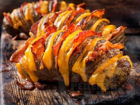 Пълнени картофи ветрило във фолио с бекон и сирене чедър на фурна - снимка на рецептата